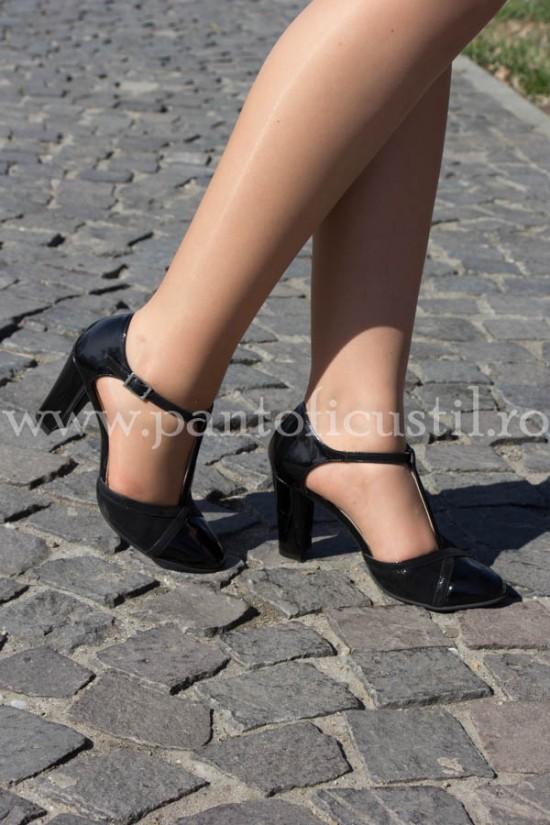 Pantofi decupati lateral cu bareta pe glezna