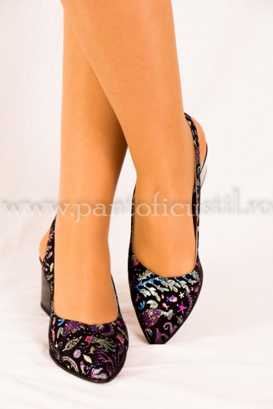 Pantofi decupati la spate din piele neagra imprimata cu toc mic