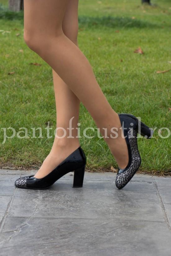 Pantofi eleganti din piele lacuita neagra - detaliu argintiu
