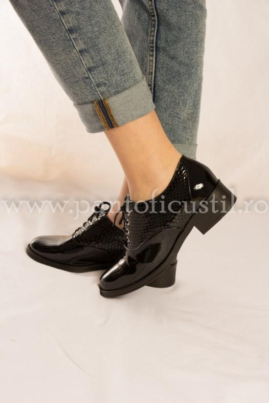 Pantofi negri din piele lacuita cu siret