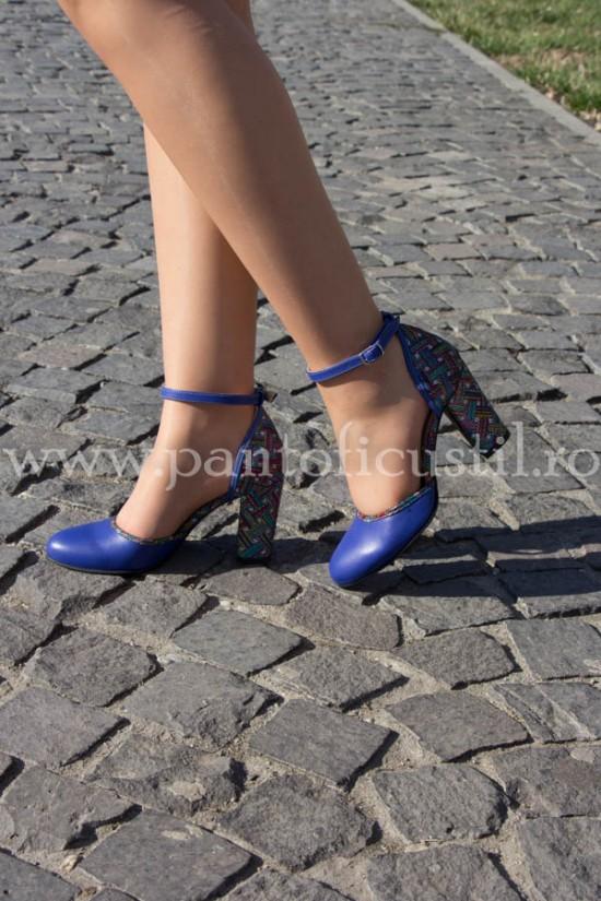 Pantofi decupati din piele albastra cu toc gros multicolor