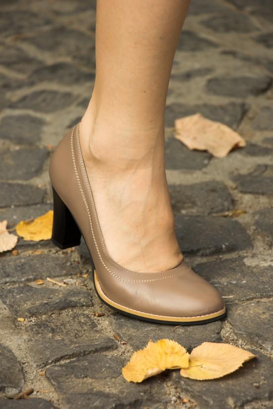 Pantofi din piele bej inchis cu toc mediu