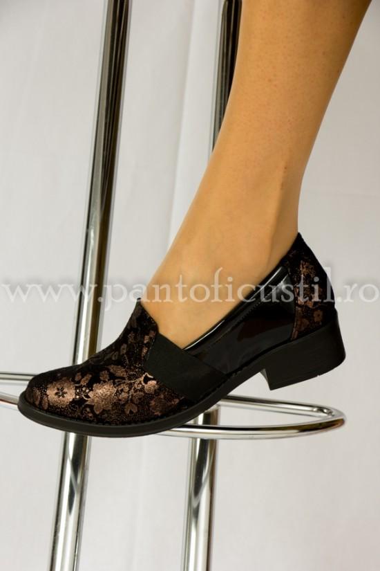 Pantofi talpa joasa din piele neagra cu presaj flori bronz