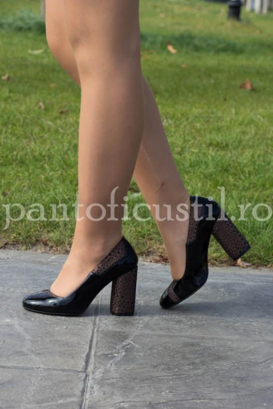Pantofi negri din lac cu toc gros