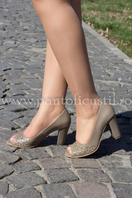 Pantofi decupati in varf din piele perforata cafenie