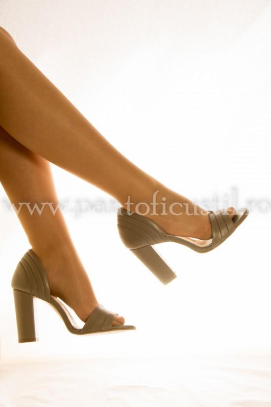 Sandale din piele bej inchis  marimea 40 cu pret redus